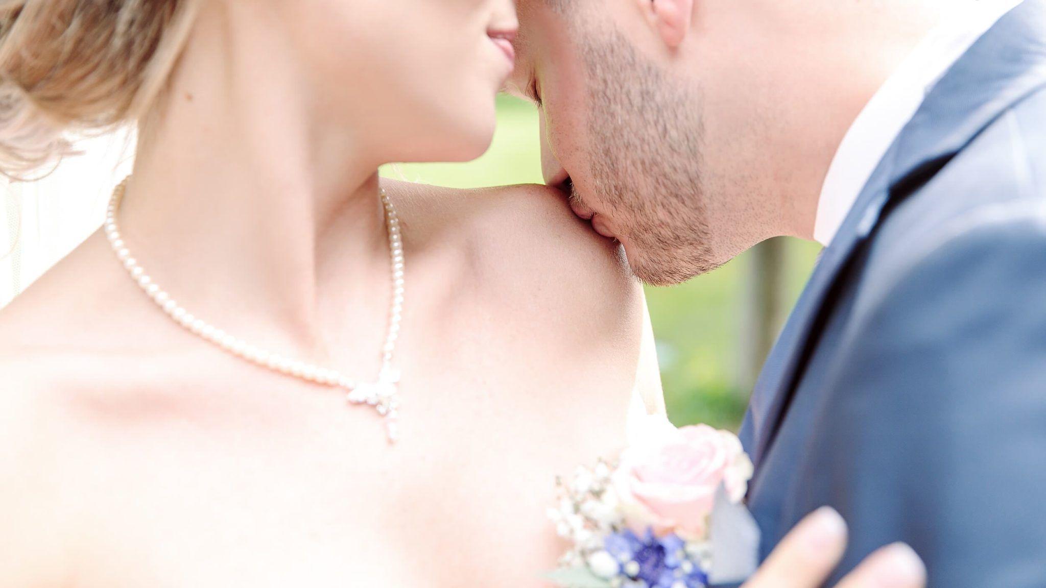After Wedding Shooting - Kuss auf die Schulter