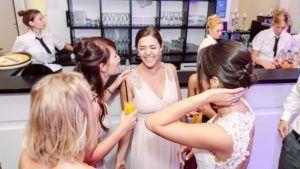 Hochzeitsfeier - Es wird an der Bar gelacht