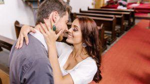 Verlobung in der Kirche mit Kuss